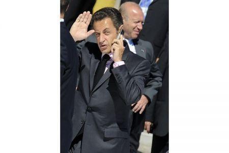 sarkozi mentre parla al suo BlackBerry