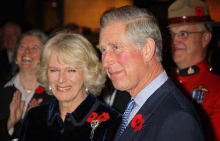 Il principe Carlo e Camilla ricevono un palmare BlackBerry dal premier dell'Ontario McGuinty