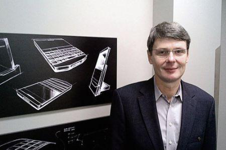 Il CEO di Rim, Thorsten Heins, prova i dispositivi della concorrenza
