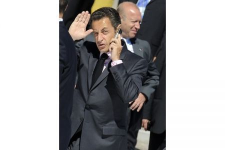 sarkozi mentre parla al suo BlackBerry