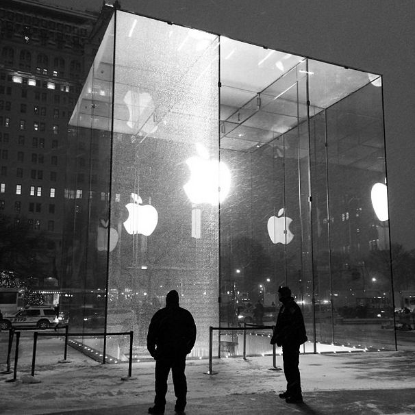 Apple Store New York: spazzaneve rompe vetrata