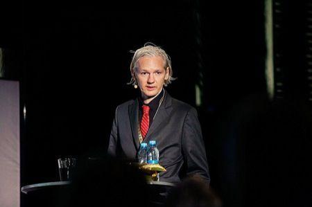 Wikileaks, Julian Assange: chiunque utilizzi un iPhone è già fregato