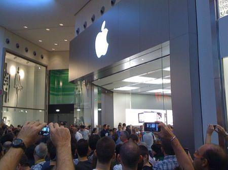 iPhone 4S, la fila e l'attesa: mandateci i vostri video e le vostre foto