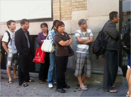 Cinesi che acquistano iPhone 4
