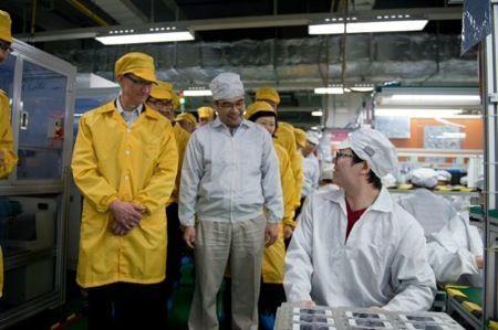 Foxconn: Tim Cook visita lo stabilimento, ma la FLA lo boccia