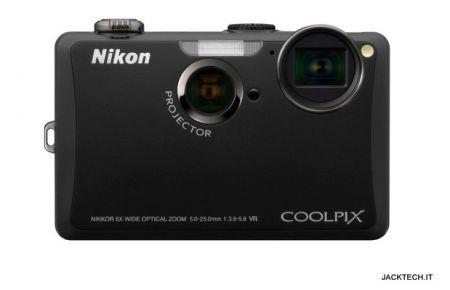 Nikon Coolpix S1100pj: fotocamera con proiettore integrato come idea regalo