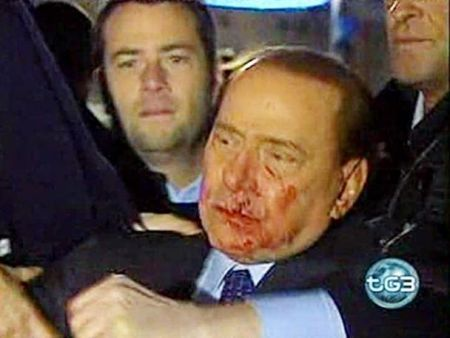 Berlusconi aggredito da Tartaglia: Facebook e Youtube si scatenano