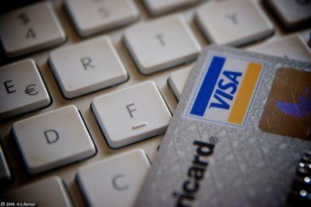 E-shopping: gli italiani comprano di più online