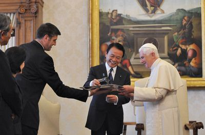 Il Papa riceve in regalo una videocamera Sony dal Primo Ministro Giapponese Aso Taro