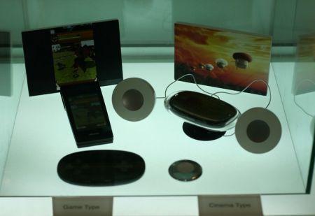 NTT DoCoMo e Sharp presentano due mockup di cellulari miniproiettori (pico proiettori)