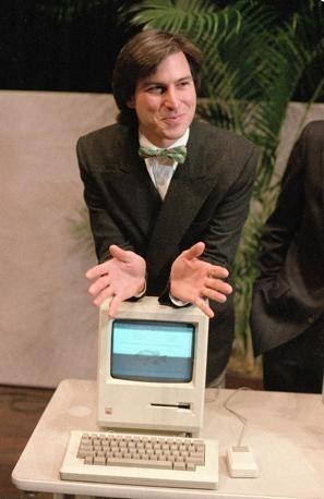 Steve Jobs nel 1984 con il primo Macintosh