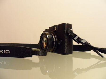Fujifilm X10, vista laterale con cordino