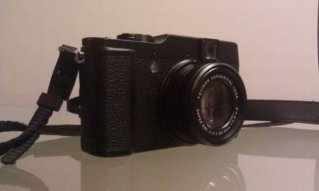 Fujifilm X10, scorcio frontale