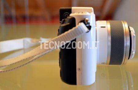 Nikon V1, lato destro