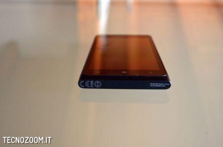 Nokia Lumia 900 dal basso