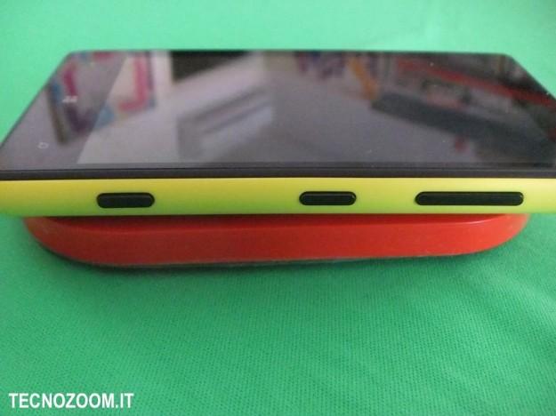 Nokia Lumia 820 lato caricamento