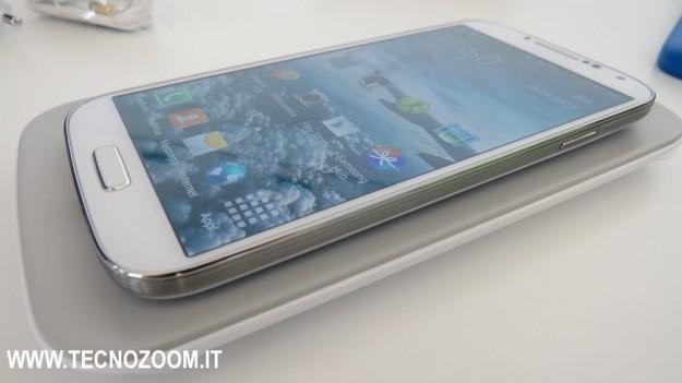 Samsung Galaxy S4 sul caricabatterie a induzione
