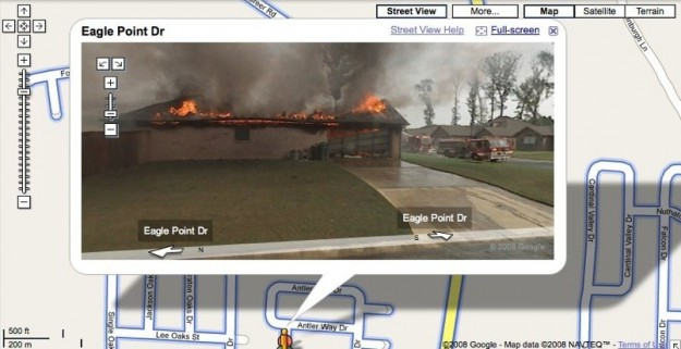 Casa in fiamme su Google Maps