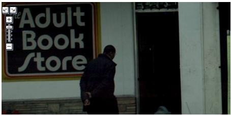 Uomo che entra in una libreria per adulti