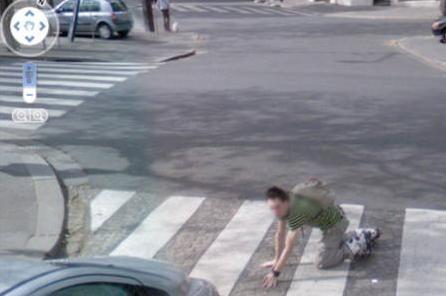 Pedone cade per strada