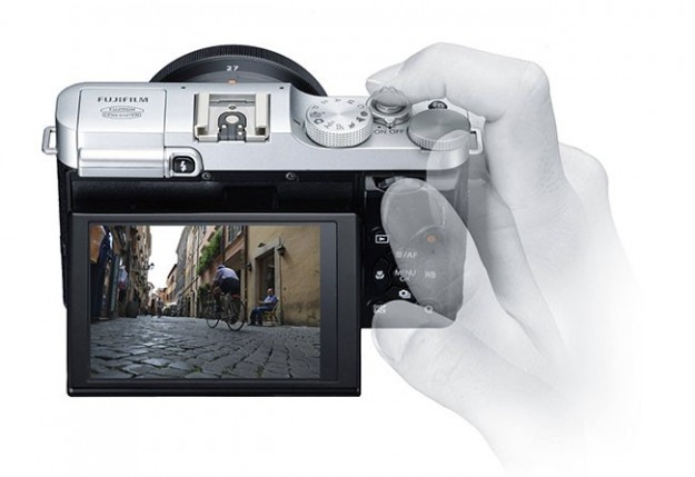 Fujifilm X-M1 schermo direzionabile