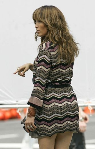 Jennifer Lopez con il telefonino in mano