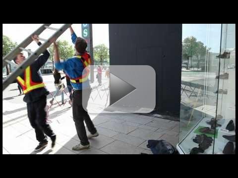 Apple Store Hack: il collettivo .Wav incolla logo Microsoft sulla parete